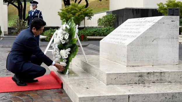 Shinzo Abe legt einen Kranz nieder auf Hawaii