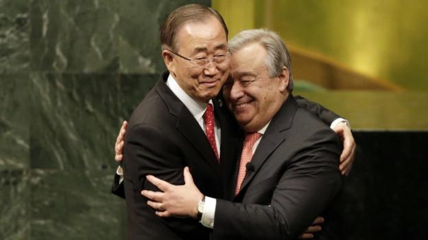 Der neugewählte UNO-Generalsekretär Antonio Guterres (rechts) umarmt seinen Vorgänger Ban Ki-moon.
