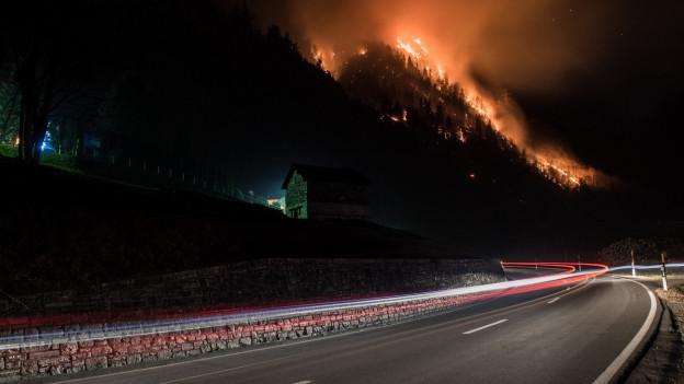 Lodernde Flammen über der Autobahn A 13 in Graubünden.