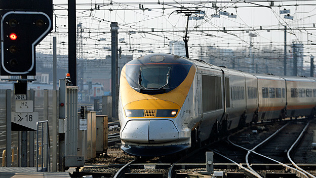 Ein Eurostar-Zug fährt in einen Bahnhof in Brüssel ein.