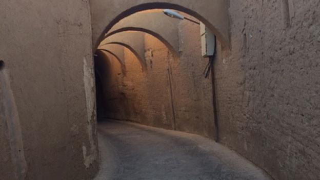 Altstadtgasse in der iranischen Wüstenstadt Yazd.
