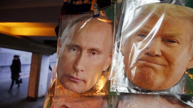 Gesichtsmasken von Trump und Putin in einem Souvenirladen im russischen St.Petersburg.