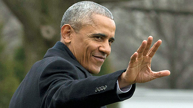 Barack Obama winkt im Garten des Weissen Hauses.