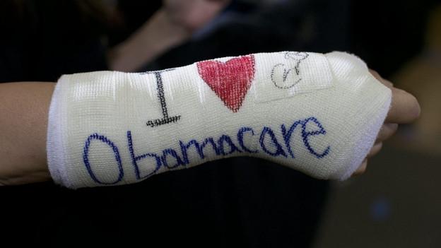 Ein Unterstützer von US-Präsident Obama hat sich die Worte «I love Obamacare» auf den Gips geschrieben.