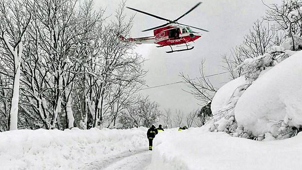 Ein Helikopter im Anflug auf das von einer Lawine verschüttete Hotel in Farindola.