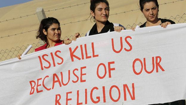 Geflüchtete Jesidinnen demonstrieren gegen die Verfolgung und Versklavung durch die IS-Terrormiliz.
