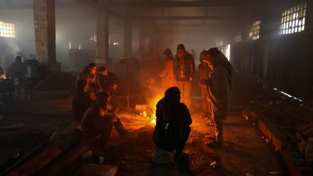 Trotz Feuer bitterkalt: Inoffizielles Flüchtlingscamp in Belgrad.