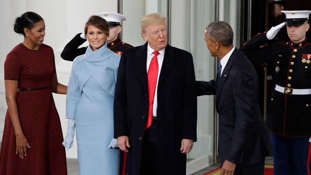 MIeterwechsel im Weissen Haus: Präsident Barack Obama und First Lady Michelle Obama begrüssen Donald Trump und seine Frau Melania (in der Mitte) im Weissen Haus in Washington am Freitag, 20.1.2017.