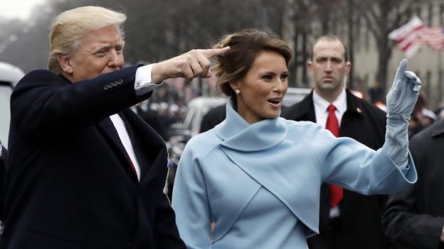 Donald Trump winkt während der Parade nach der Amtseinführung den Menschen zu. An seiner Seite ist Frau Melania.