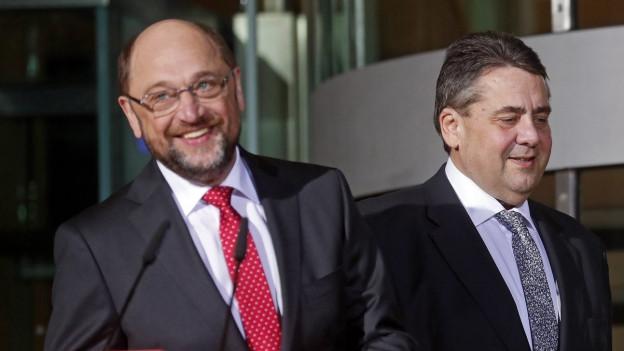 Sigmar Gabriel und Martin Schulz stehen hinter einem Rednerpult