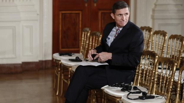 Sicherheitsberater Michael Flynn sitzt allein in einem Raum.