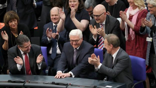 Jubel nach der Wahl: Frank Walter Steinmeier wurde soeben zum deutschen Bundespräsidenten gewählt.