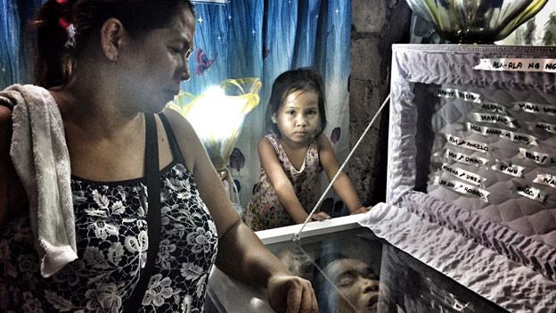 Opfer von Dutertes Drogenkrieg: Maria dela Cruz am Sarg ihres ermordeten Mannes.
