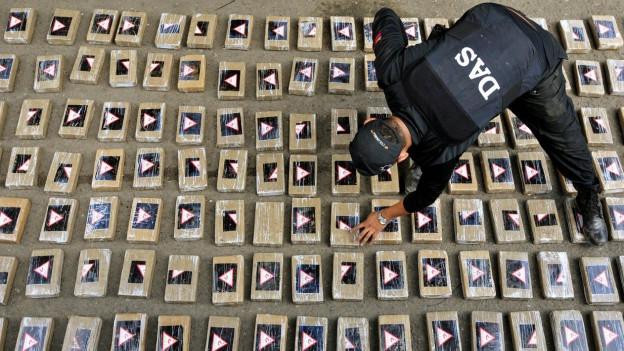 Kolumbianische Behörden präsentieren beschlagnahmtes Kokain.