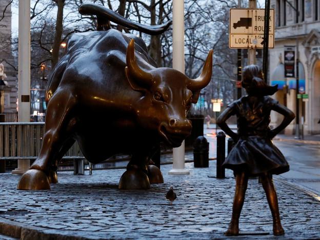 Mädchen aus Bronze vor Stier aus Bronze.
