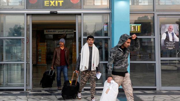 Aus Deutschland abgeschobene Flüchtlinge am Flughafen in Kabul.