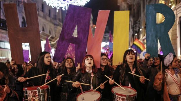 Türkinnen ziehen mit Plakaten und Trommeln durch Istanbul am Tag der Frau 2017.