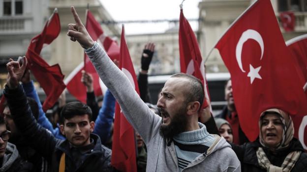 Demonstranten vor dem niederländischen Konsulat in Istanbul.