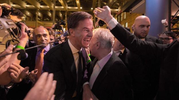 Mark Rutte freut sich über die guten Prognosen für seine Partei.