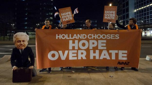 Rutte-Fans feiern den Sieg der rechtsliberalen Partei VVD in Den Haag.