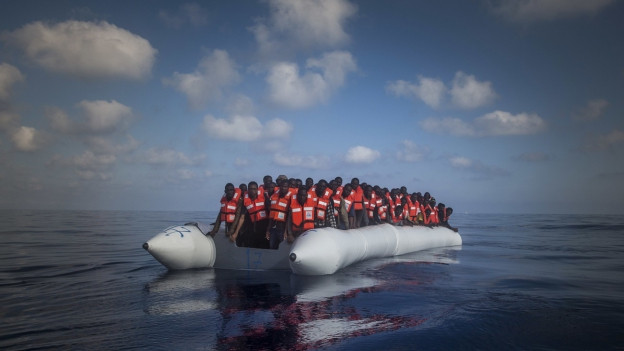 Künftig sollen sie an der Mittelmeer-Überquerung von Libyen gehindert werden: Flüchtlinge in einem überfüllten Gummiboot nahe der libyschen Küste.