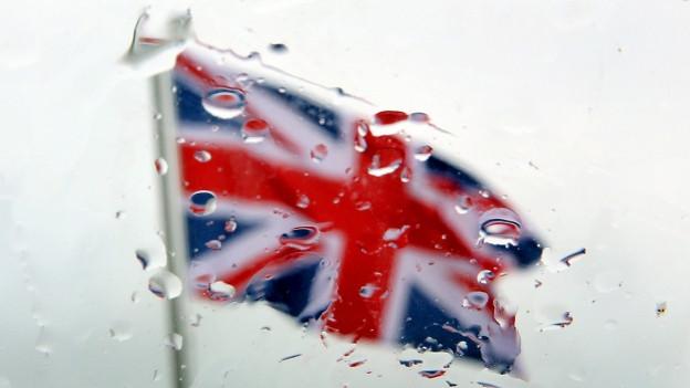 Die britische Fahne weht im Wind bei typisch englischem Wetter.