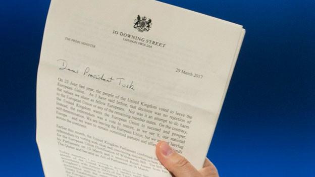 EU-Ratspräsident Donald Tusk hält die sechsseitige Austrittserklärung in der Hand.
