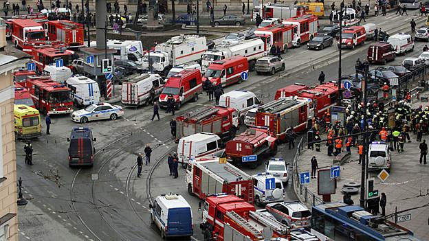 Sicherheits- und Hilfskräfte im Einsatz vor der Metrostation.