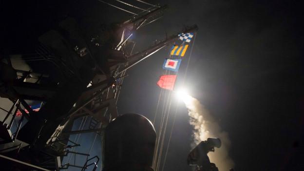 Abschuss eines Marschflugkörpers auf der USS Ross in der Nacht.