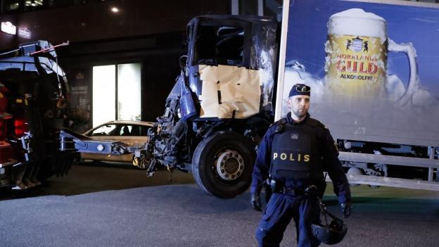 Ein Lastwagen mit eingedrückter Front wird abgeschleppt.