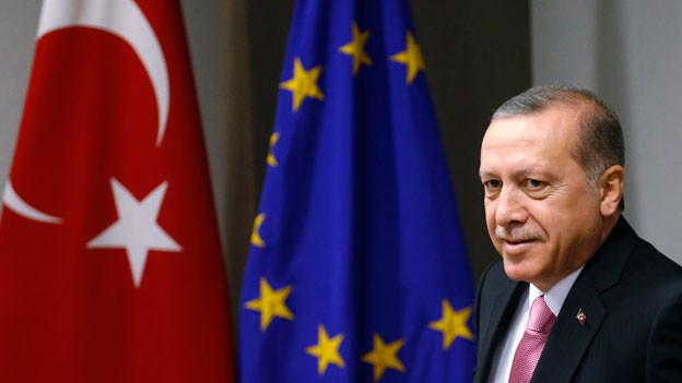 Der türkische Präsident Recep Tayyip Erdogan vor der türkischen und der EU-Flagge. Archivbild aus dem Jahr 2015.