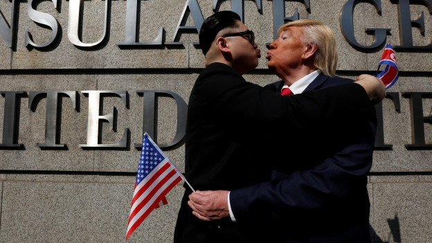 Ein Donald Trump-Imitator umarmt einen Kim Jong Un-Darsteller – in Wirklichkeit ist die Stimmung zwischen Nordkorea und den USA deutlich trüber.