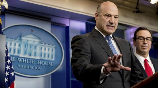 Trumps Berater Gary Cohn erklärt die Eckpunkte, daneben US-Finanzminister Steve Mnuchin