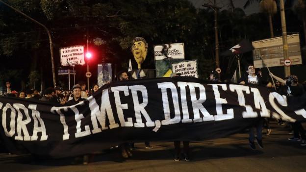 Demonstrierende in Sao Paulo fordern Präsident Temer mit einem Plakat zum Rücktritt auf.