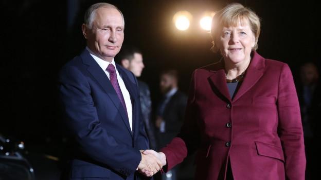 Zu sehen ist ein Archivbild, auf welchem Merkel und Putin bei ihrem letzten Treffen 2016 in Berlin zu sehen sind.