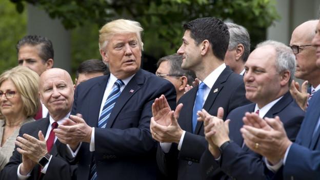 Auf Augenhöhe: US-Präsident Donald Trump und Paul Ryan, Sprecher des Repräsentantenhauses, beklatschen sich gegenseitig.