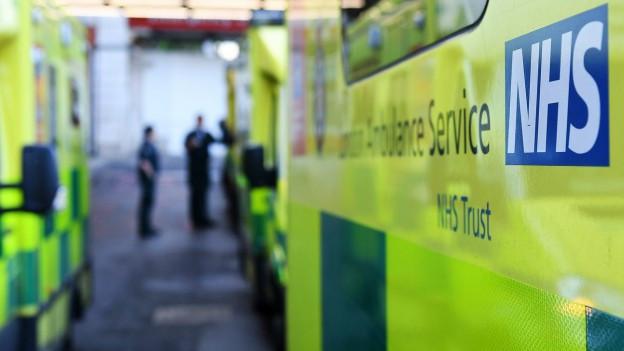 Spitalbetrieb lahmgelegt: Ambulanzfahrzeuge vor einem NHS-Spital in London am Freitag