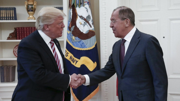 US-Präsident Trump und der russische Aussenminister Lawrow schütteln sich die Hände.