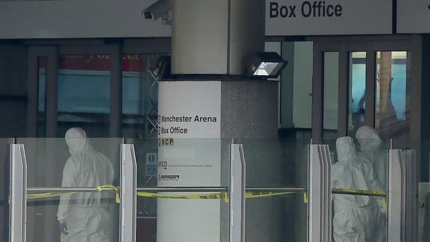 Forensiker im Eingangsbereich der Manchester Arena, am Morgen nach der Explosion.