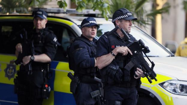 Bewaffnete Polizisten patrouillieren in Manchester. In Grossbritannien gilt ab heute die höchste Terrorwarnstufe.