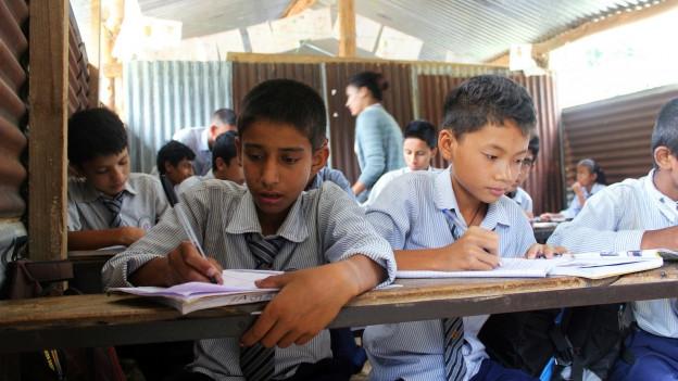 Kinder werden in einem provisorischen Klassenzimmer unterrichtet.