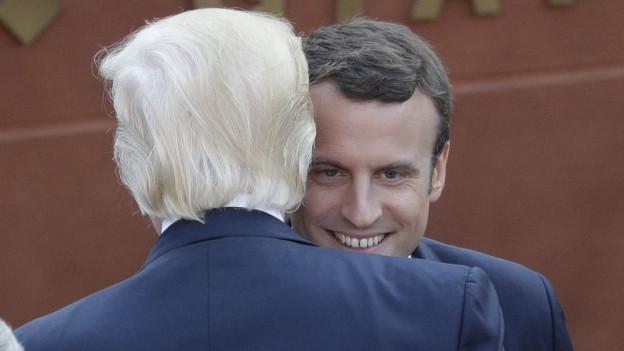 Das Bild zeigt US-Präsident Donald Trump, der beim G7-Gipfel in Sizilien den neuen französischen Präsidenten Emmanuel Macron begrüsst.