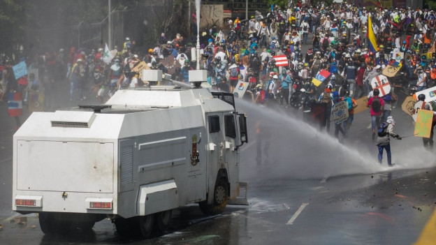 Wasserwerfer an einer Demonstration in Venezuela.