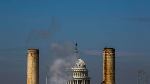 Die Kuppel des US-Kapitols hinter den Schornsteinen des Kapitol-Kohlekraftwerks.