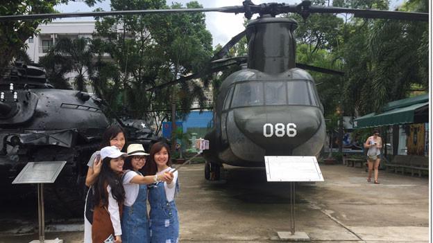 40 Jahre nach Ende des Vietnamkriegs: Für die ältere Generation ist die Erinnerung an den Krieg gegen die USA noch immer sehr präsent. Für die junge Generation ist sie Vergangenheit und Hintergrund für Fotos.