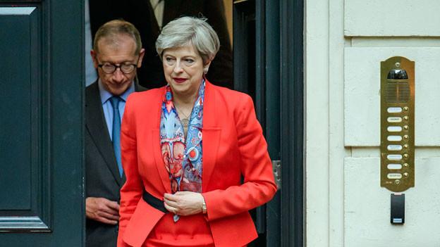 Theresa May verlässt das Hauptgebäude der Konservativen Partei in London.