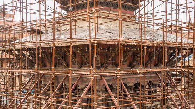 Für den Wiederaufbau fehlen Arbeitskräfte. Fast jeder sechste Nepali arbeitet im Ausland. Die meisten bauen an Wolkenkratzern in den Golfstaaten.