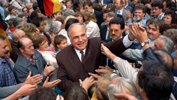 Zu sehen ist Helmut Kohl im Wahlkampf im wiedervereinigten Deutschland.