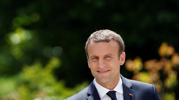 Das absolute Mehr im Parlament macht Emmanuel Macron gute Laune – trotz historisch tiefer Wahlbeteiligung.