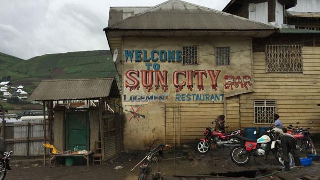 Die Sun City Bar ist kein gastlicher Ort. Das Waffenverbot ist eher Wunsch als Gebot.